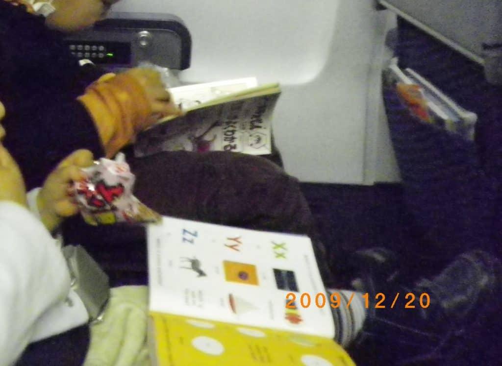 飛行機内シールブックとおやつ