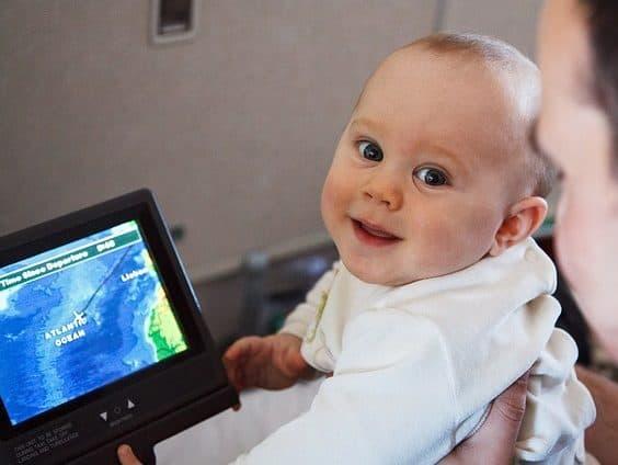 赤ちゃん飛行機内ご機嫌