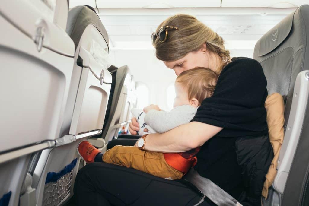 飛行機内膝の上の赤ちゃん