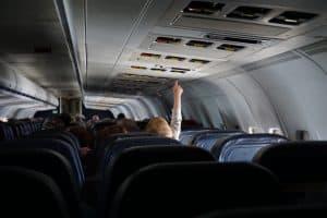 飛行機内で手をのばす幼児